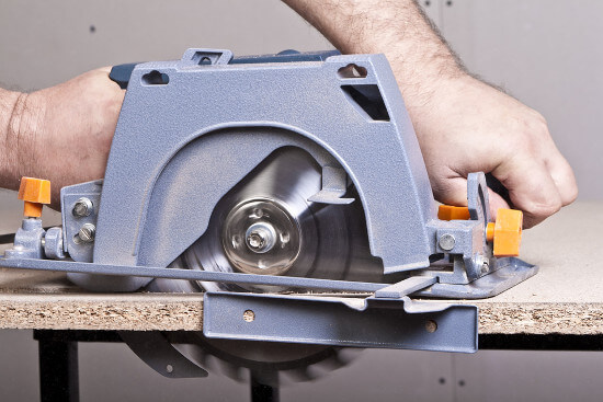 safety precautions using circular saw